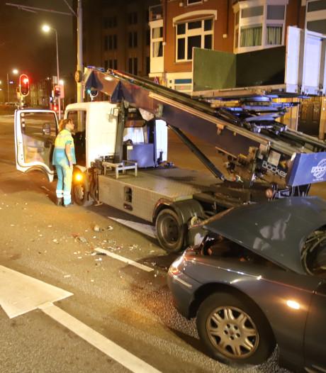 Auto knalt op mobiele hoogwerker op Weteringkade