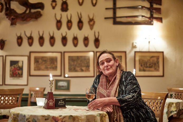 Corrie Verkerk op de plek in hotel Bakker waar ze vaak met haar moeder een drankje en een portie bitterballen nam.