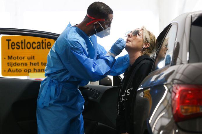 Beeld ter illustratie: Een medewerker van de GGD neemt een coronatest af.