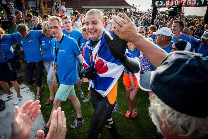 Na zijn zwemtocht is Maarten van der Weijden naar een hotel gebracht om te rusten.