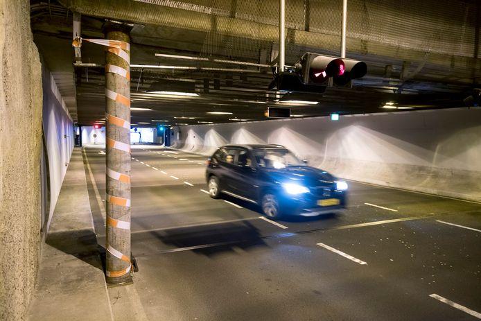 De eerste steunpilaar die verdere problemen met het tunneldak van de toegang naar Parkeergarage Centraal in Arnhem moet voorkomen.