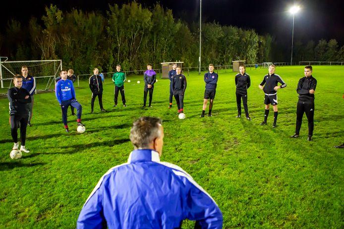 Training bij SPS Poortvliet, trainer Peter van Poortvliet (midden onder) bespreekt de nieuwe Corona maatregelen met zijn team.