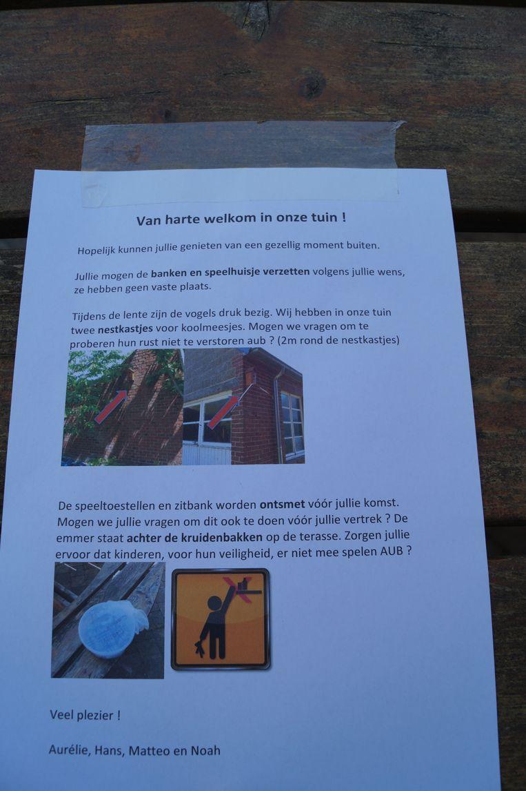 De richtlijnen voor de gebruikers van de Oe Ist-tuin liggen klaar op een bankje in de tuin.
