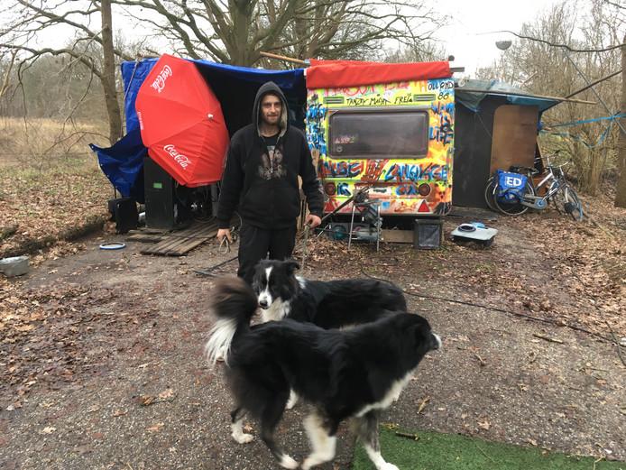 Daan Versteegde en zijn honden op het 'indianenkamp Kapotte Kniej' in Oss. De drie wonen samen in één caravan.