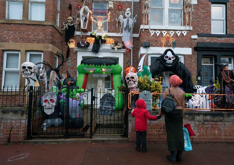 Voorbijgangers kijken naar Halloween-versiering in Gateshead, England. Beeld AP