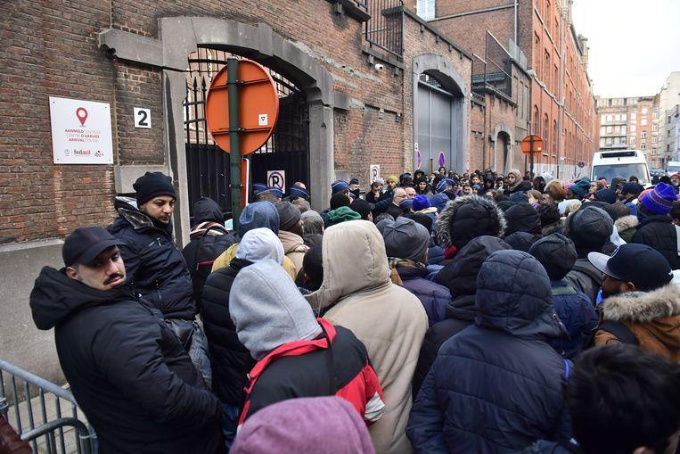 Honderden migranten schuiven aan voor de poorten van het Klein Kasteeltje in Brussel