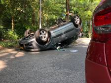 Auto over de kop in Nunspeet; bestuurster gewond
