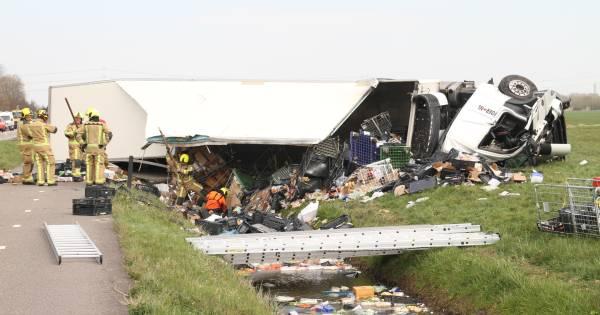Vrachtwagenchauffeur uit Lelystad komt om bij ongeval.