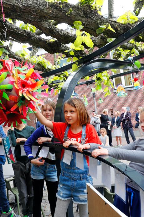 Oude lindeboom bij 't Oude Raadhuis in Beek en Donk in bloei dankzij scholieren