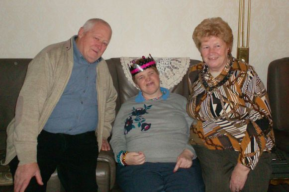 Sandra Ghijssels met vader Sigmond en moeder Marie-Therèse, toen ze elkaar nog van dichtbij mochten zien.