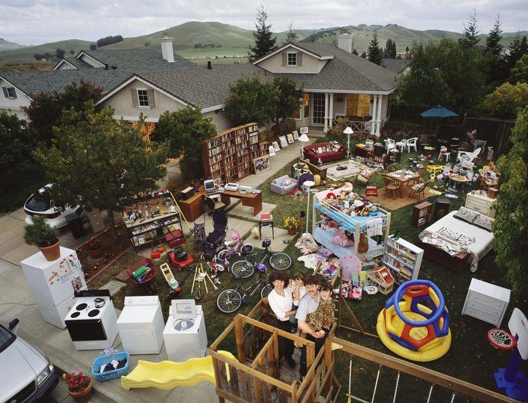 De bezittingen van de familie Cavin in Californië uitgestald in de tuin. Stapels dozen met boeken staan nog in de garage. Beeld Peter Menzel