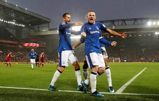 Vreugde bij Gylffi Sigurdsson en Wayne Rooney op Anfield op 10 december 2017.