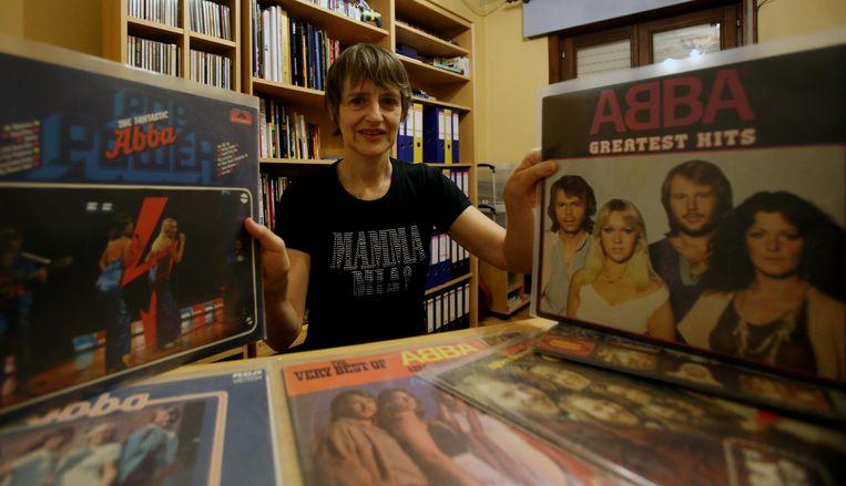 Sandra Vanoost bij een klein deeltje van haar grote platen- en cd-collectie.
