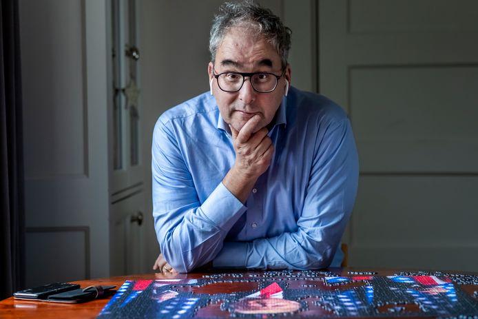 Marc Bonten, arts-microbioloog, legt tijdens het werk in zijn woonhuis in de Bilt, een puzzel van Donald Trump.