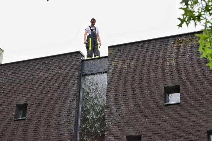 Het dak van basisschool De Vijf Eiken in Rijen kan de grote hoeveelheid hemelwater niet aan
