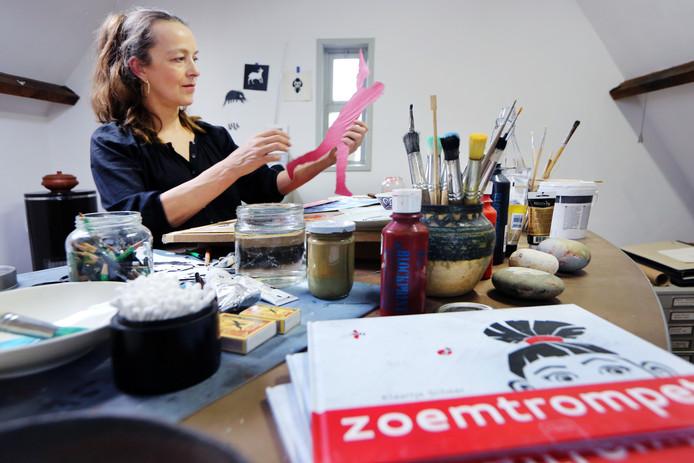 Kinderboekenschrijfster en -illustrator Klaartje Scheer aan het werk in haar atelier.  FOTO: RAMON MANGOLD/ PIX4PROFS