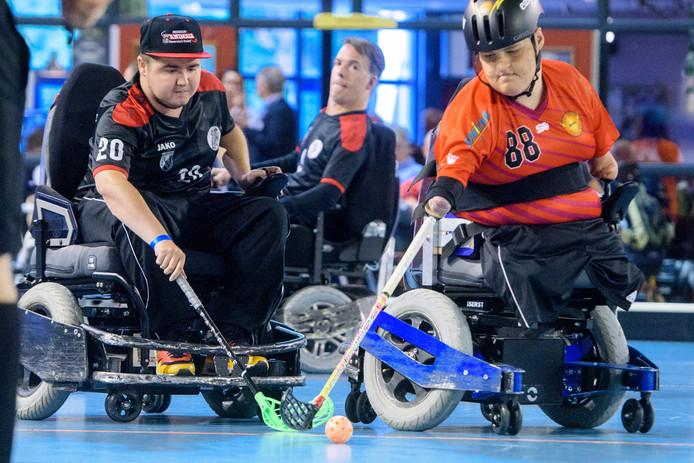 Het gevecht om de bal vindt bij hockey in een elektrische rolstoel net zo goed plaats als bij welke sport dan ook.