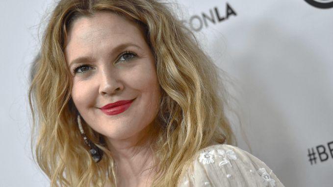 Drew Barrymore wordt vandaag 44 jaar! Zou ze een cadeau krijgen van haar peter... Steven Spielberg?