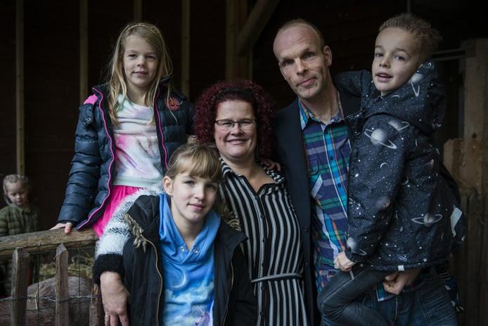 Boer Pros en zijn vrouw Jolanda met hun drie kinderen; Tamar, Ruth en Jonathan.