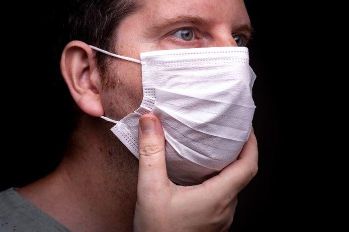 Een man met een mondmasker.