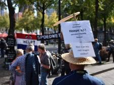 Anti-lockdownactivisten demonstreren tegen coronamaatregelen op Plein in Den Haag