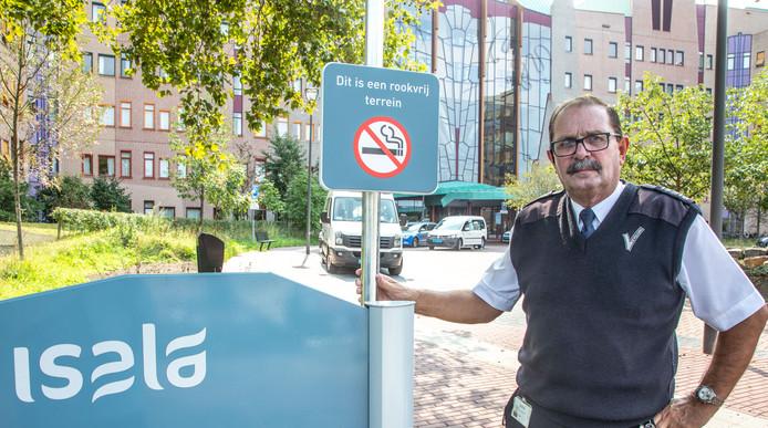 Sinds 1 september is het complete terrein van de Isala ziekenhuizen in Zwolle en Meppel rookvrij. Niet iedereen vindt dat een goed idee. Foto PersBuro Frans Paalman Zwolle ©2018