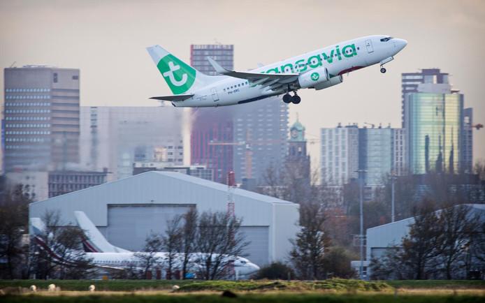 Een Transaviavliegtuig landt op Rotterdam The Hague Airport (RTHA).