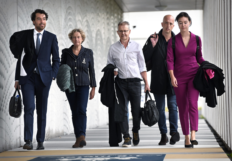 Advocaten Juriaan de Vries, Benedicte Ficq, Nico Meijering, Christian Flokstra, Laura ter Steeg (vlnr) arriveren bij de extra beveiligde rechtbank op Schiphol. Beeld Marcel van den Bergh / de Volkskrant
