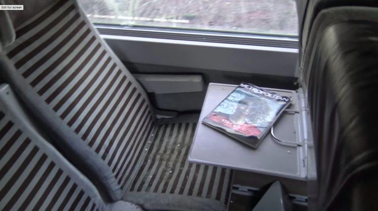 Op de tafeltjes voor de passagiers liggen nog magazines, alsof ze nog maar net vertrokken zijn.