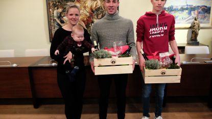 Veldritkampioenen Laurens Sweeck en Mike Uytterhoeven ontvangen lekkernijen van gemeente