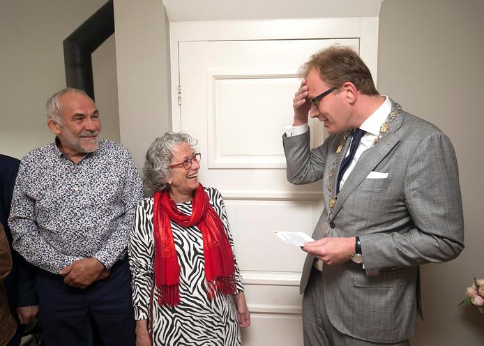 Marc Boumans op bezoek bij Truus Bulten-Wiltink.