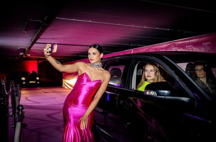 Famke Louise tijdens haar albumpresentatie in een drive through carwash. Aanwezigen konden vanuit hun auto onder meer het nieuwe album beluisteren.