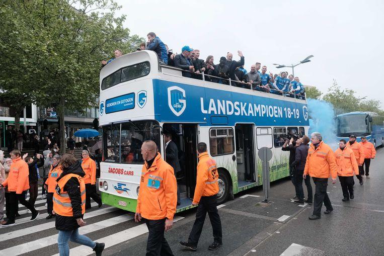 Als helden reden de spelers in een open bus door de stad.