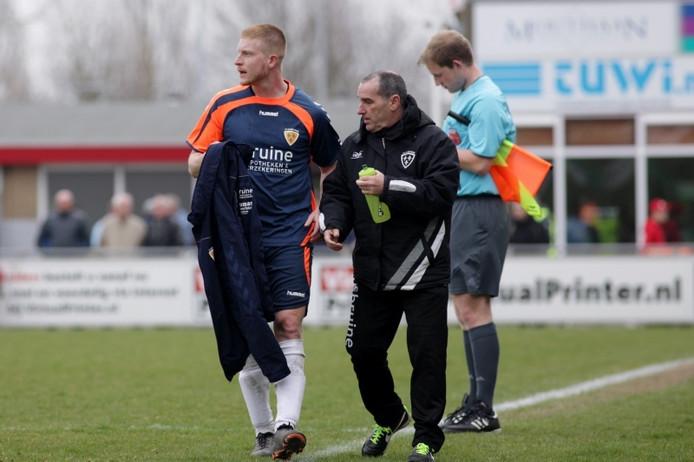 Kloetinge-speler Wouter de Craene (l) met verzorger Jan Kloet.