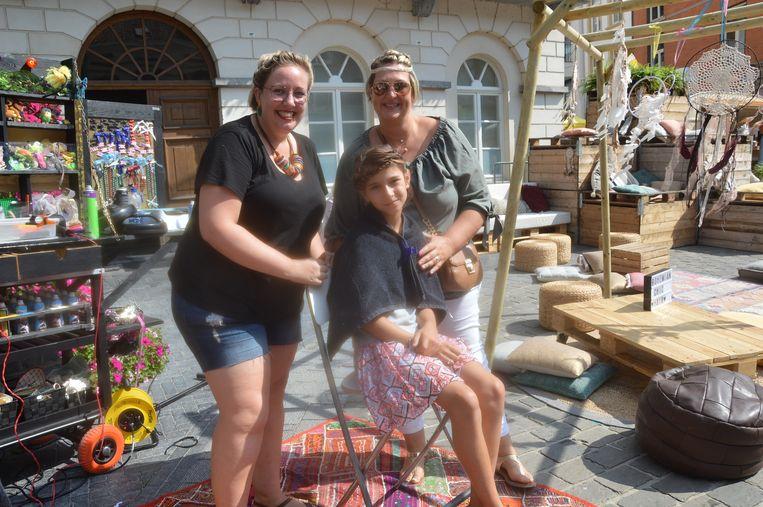 Freya Bauwens met nichtje Jaden (9), die een 'boho chic'– kapsel kreeg.