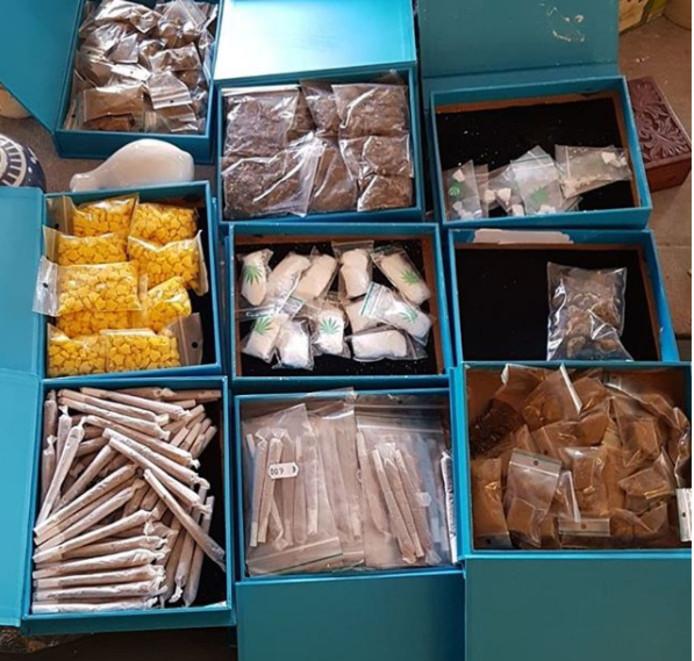 Vanuit het winkelpand in Sas van Gent werden verschillende soorten drugs verkocht.