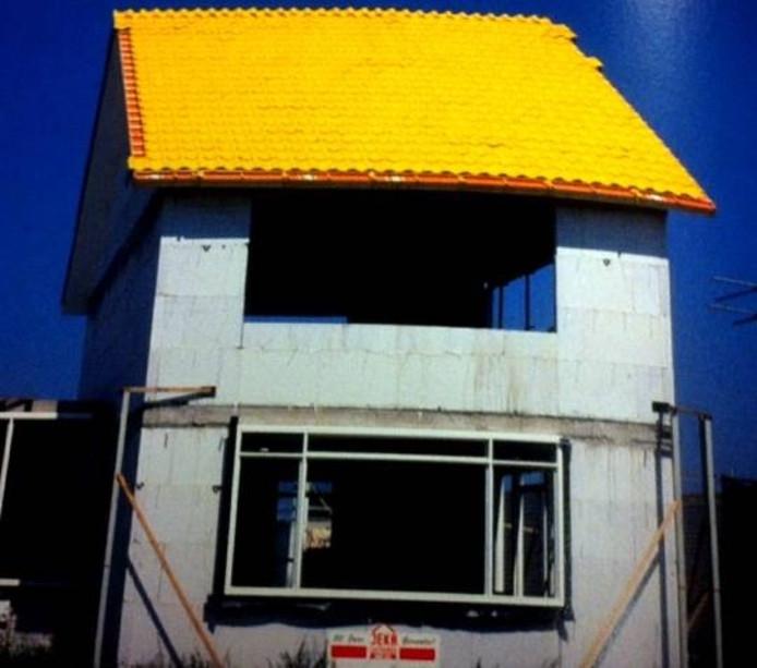 Het idee van een gouden dak van de Udense kunstenaar Jan Van Duijnhoven zoals op manifestatie Bouwvak in 1997 te zien was.