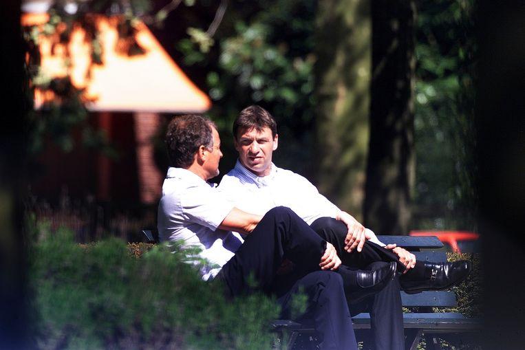 Willem Endstra (links) en Willem Holleeder op een bankje in Amsterdam, mei 2001. Beeld Peter Smulders