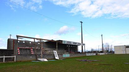 Zware stormschade aan tribune van voetbalclub SK Aaigem - Dak en zonnepanelen weggewaaid in Bambrugge