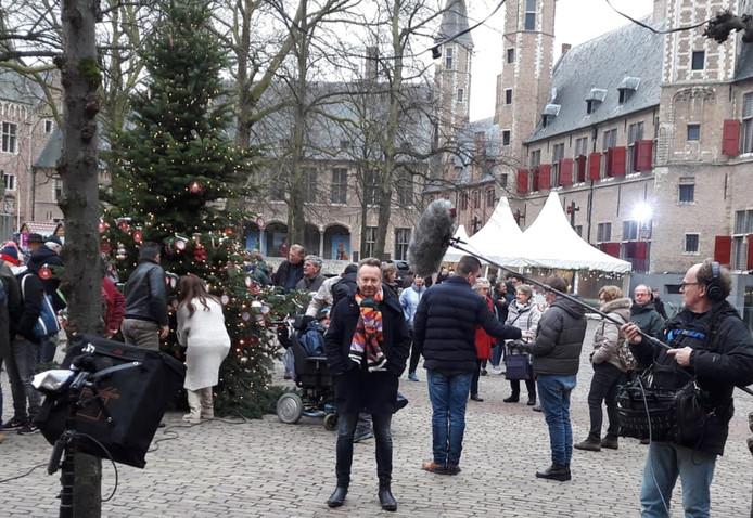 Joris Linssen (midden) zaterdagmiddag op het Abdijplein in Middelburg.