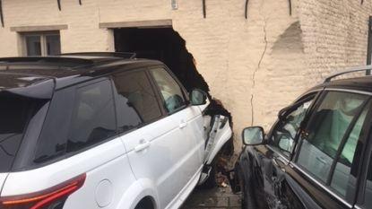 Nog meer pech voor restaurantuitbaters: auto rijdt binnen in gevel