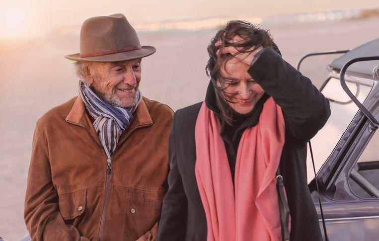 Jean-Louis Trintignant en Anouk Aimée in 'Les plus belles anneés d'une vie'.  Beeld