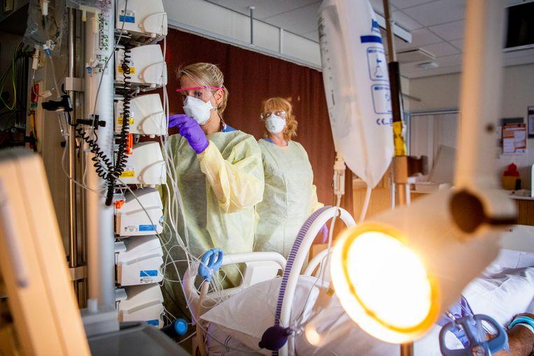 Op de intensive care afdeling van het Albert Schweitzer Ziekenhuis in Dordrecht wordt een coronapatiënt geholpen. Beeld Hollandse Hoogte / Robin Utrecht