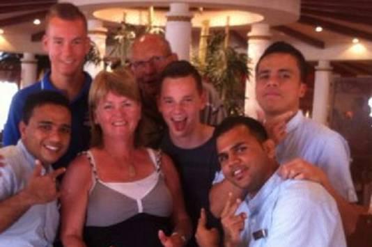 De Familie Moen (linksboven Raoul) met het oberpersoneel op de AIDA Diva.