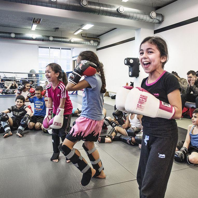 hai-boksles voor jonge kinderen op de school van Khalid Chennouf in het Oude Westen van Rotterdam. De meidewn zijn fanatiek en hebben enorm plezier. Beeld Guus Dubbelman / de Volkskrant