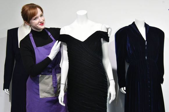 De iconische jurk van prinses Diana gepresenteerd door het veilinghuis Kerry Taylor Auctions.