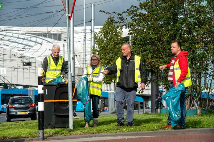 Binnenstadsbewoners maken het gebied rond het Centraal Station met grijpers schoon. Foto: Gerard Burgers.