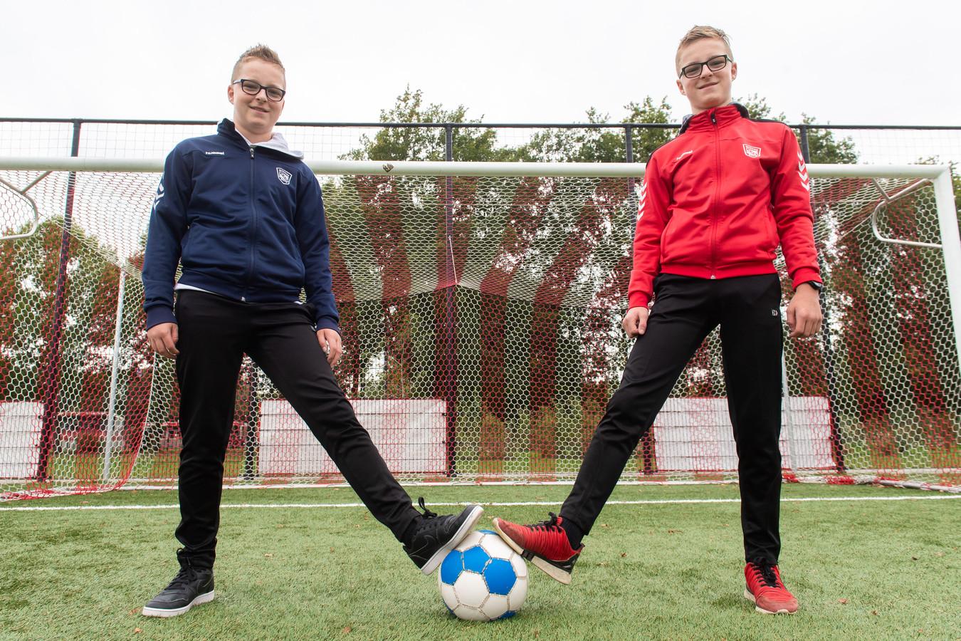 Bart (links) en Koen de Klerk zijn gek op voetballen.Ze spelen bij Madese Boys.