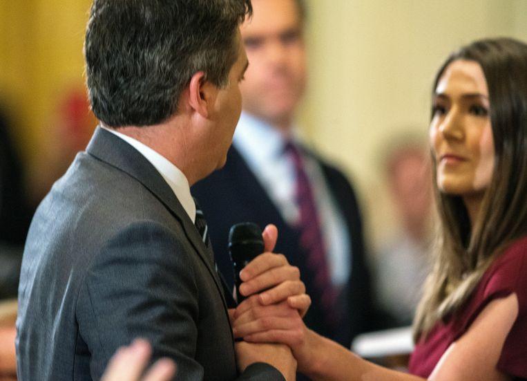CNN-reporter Jim Acosta houdt de micro stevig vast terwijl een Witte Huis-medewerkster hem af probeer te nemen. Ging Acosta daarbij te ver?