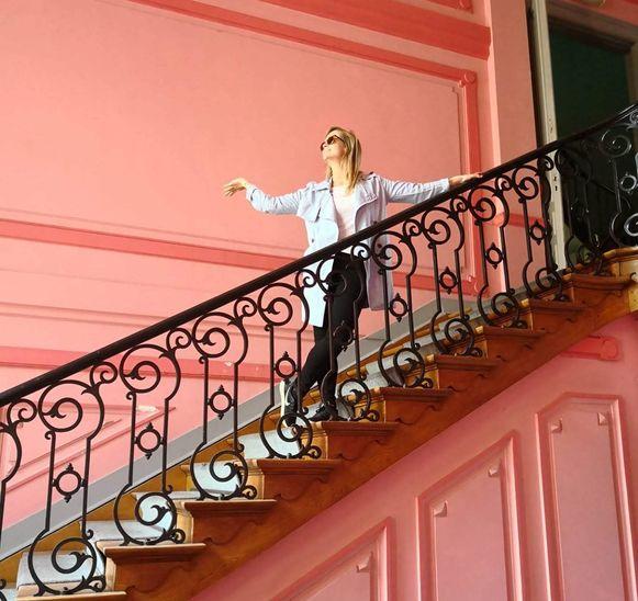 Antikraker Cinthia Hamaekers op de trap in het voormalig gebouw van Staatsveiligheid in de Frankrijklei.